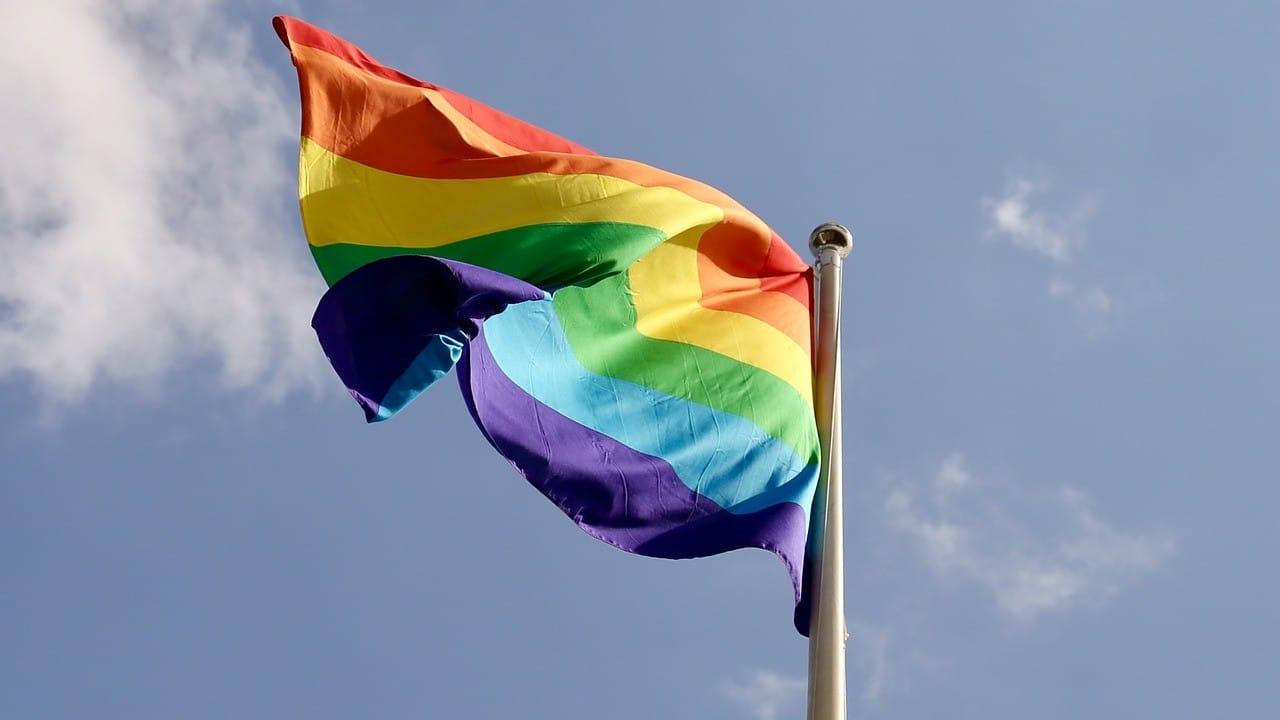 Biden anula prohibición de Trump para izar bandera LGBT en embajadas