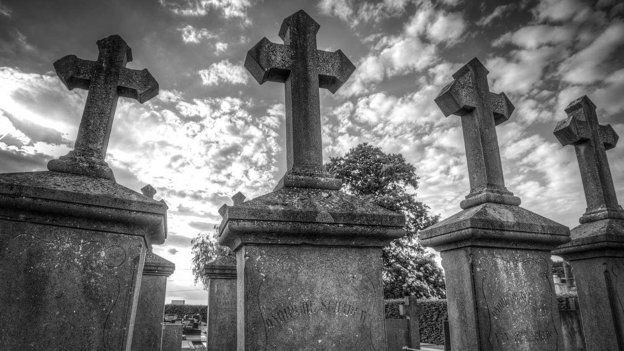 trans dos funerales Australia por desacuerdo nombre lapida