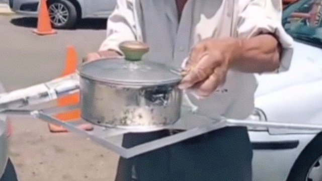 Abuelo 71 años estufa solar material reciclado