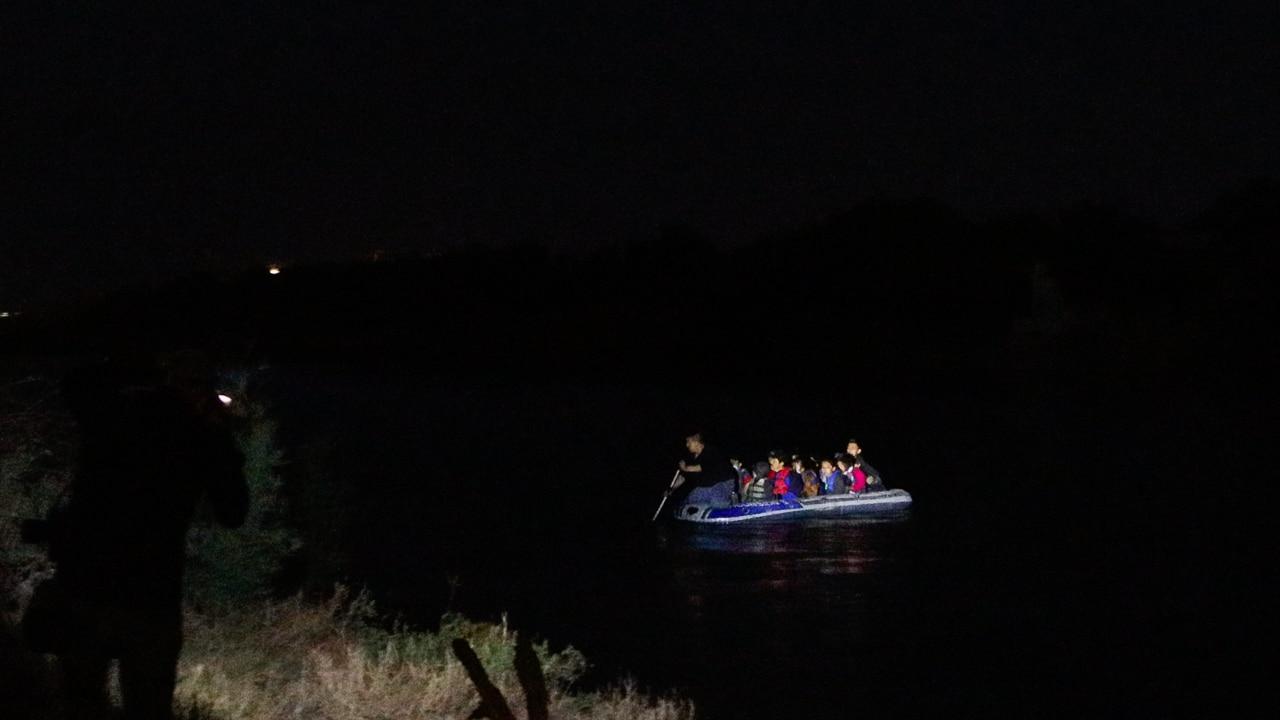 migrantes cruzan río bravo