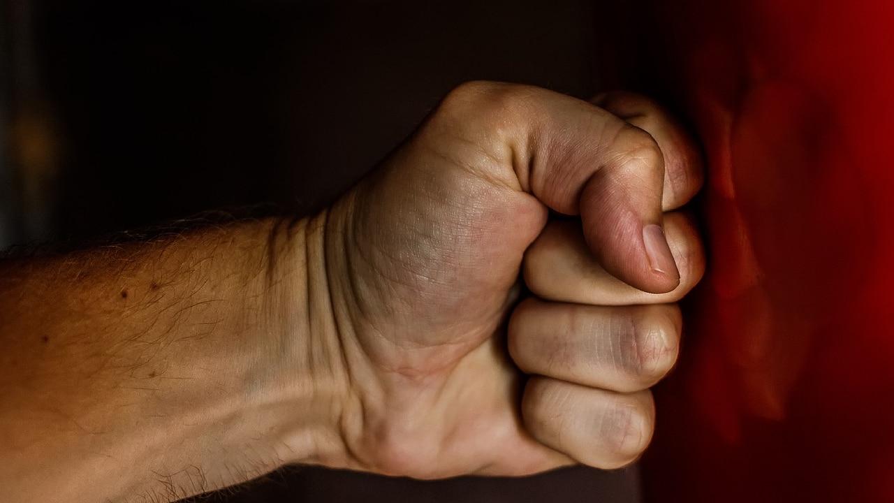 Adulta mayor detuvo pelea a cinturonazos en Central de Abastos