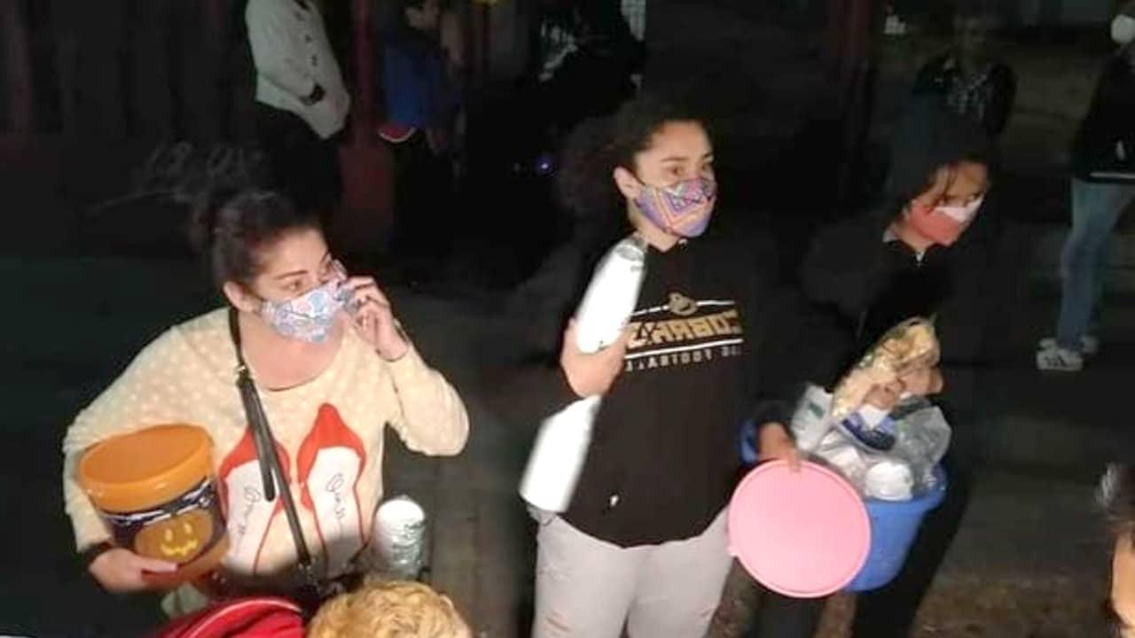 Metro CDMX: Vecinas reparten pan y café a familiares de las víctimas