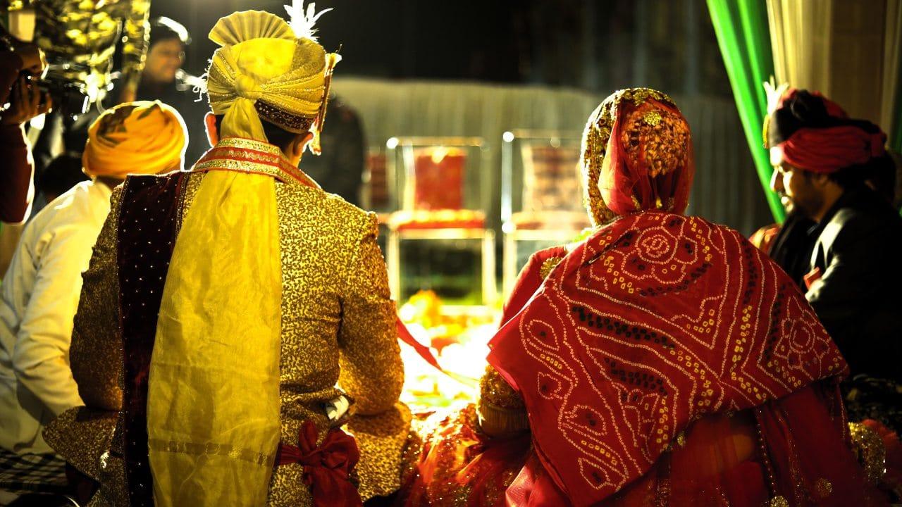 Hombre organiza boda de su esposa con amante