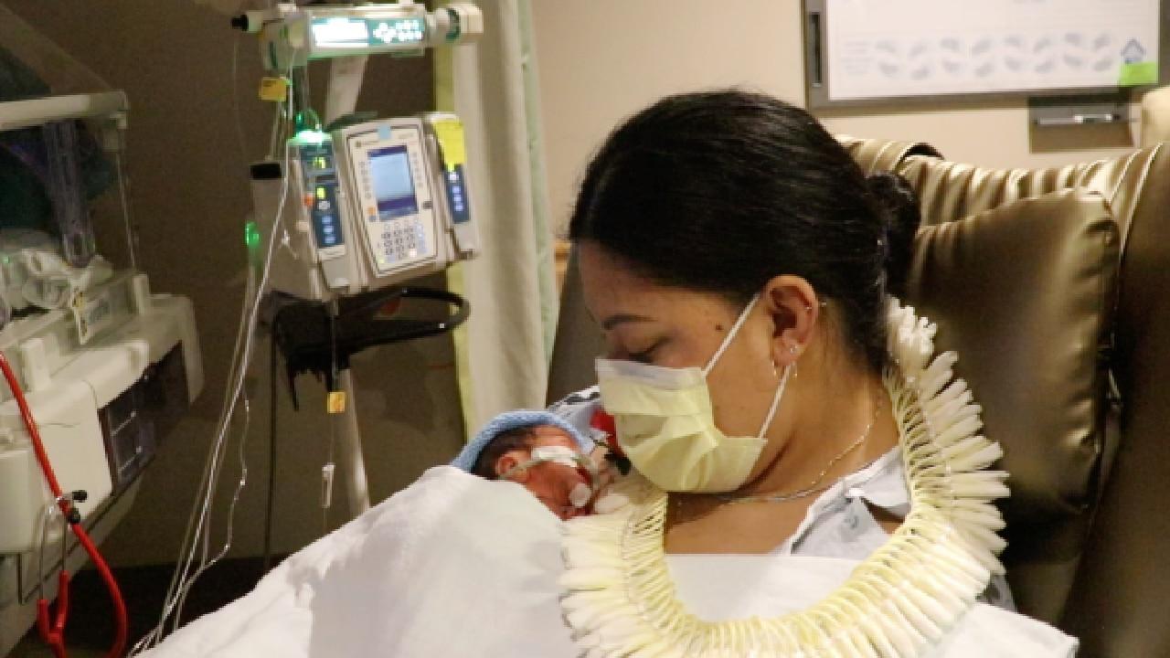 Mujer no sabía que estaba embarazada y dio a luz en pleno vuelo