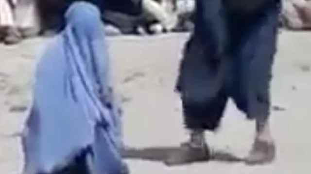 Mujer condenada a 40 latigazos por hablar con un hombre por teléfono