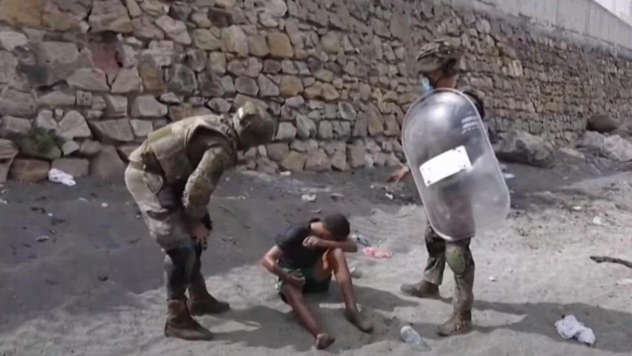 Niño botella de aguas Marruecos