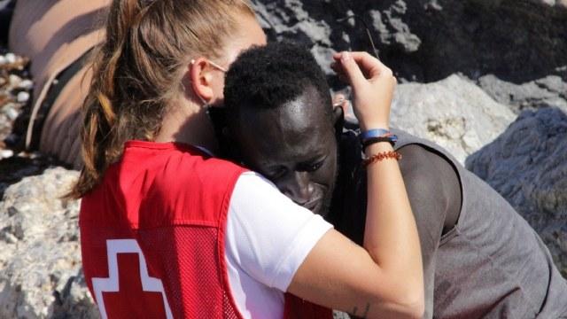 Video voluntaria cruz roja y migrante abrazo