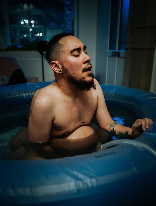 LGBT Papa trans parto en agua