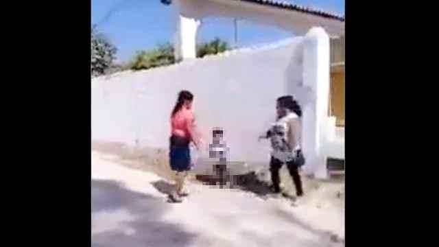 Mujer golpea a niño en los testículos y su madre lo defiende furiosa