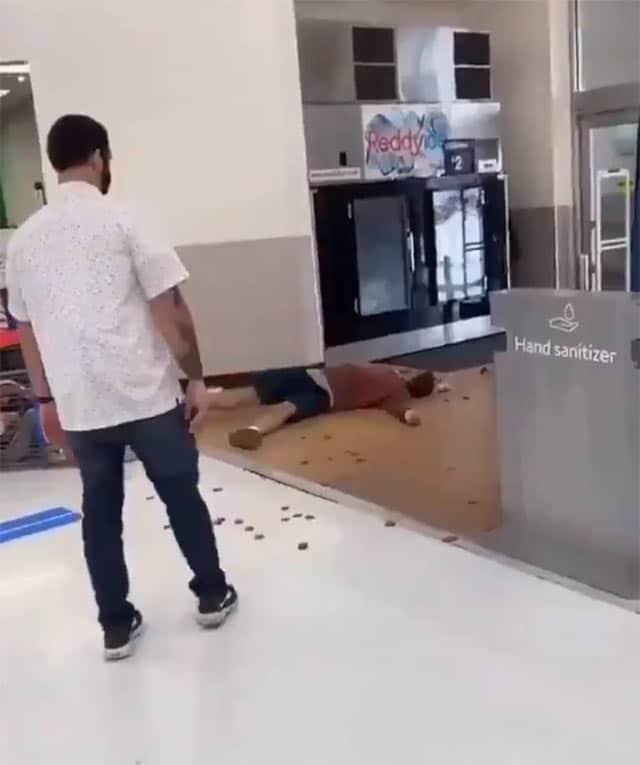 video trabajador golpea cliente Walmart