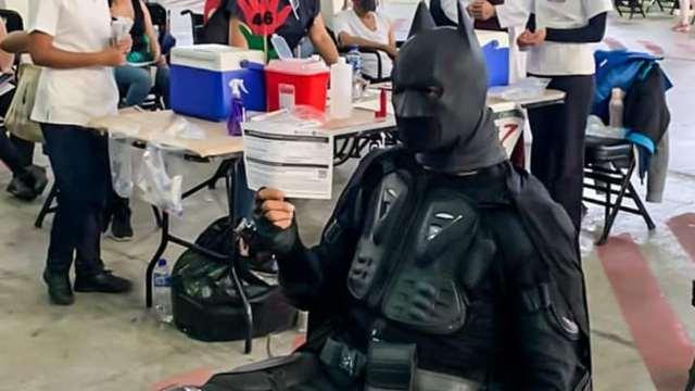 Batman se vacuna contra Covid-19 en Iztacalco