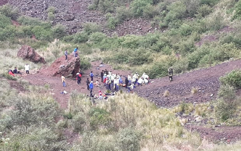 Caen al cráter del volcán; hay muerto y heridos