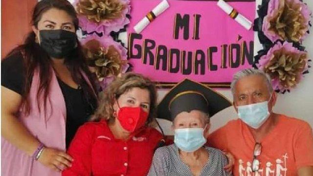 Doña Irma Acosta se gradúa a los 89 años