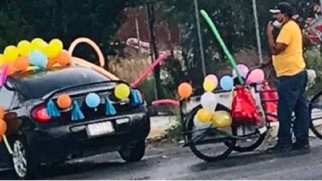 Padre adornó triciclo para integrarse a caravana