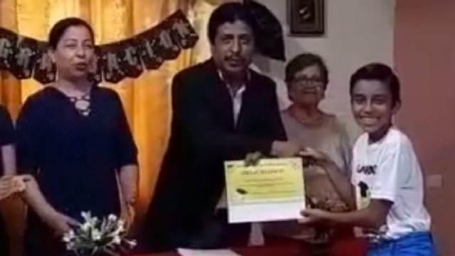 Familia simuló graduación para su hijo
