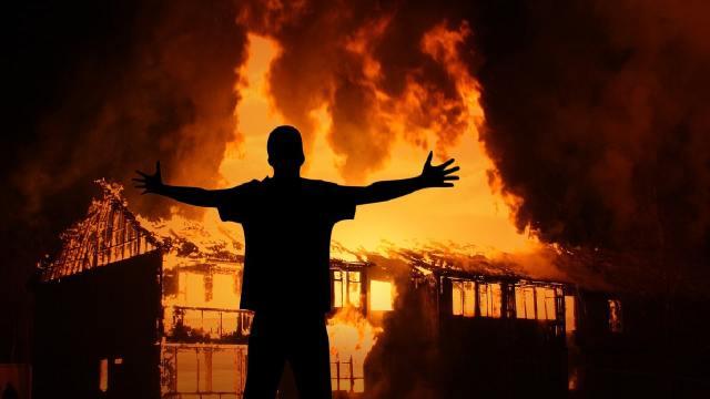 Hombre prendió fuego a su casa para que no descubrieran su infidelidad