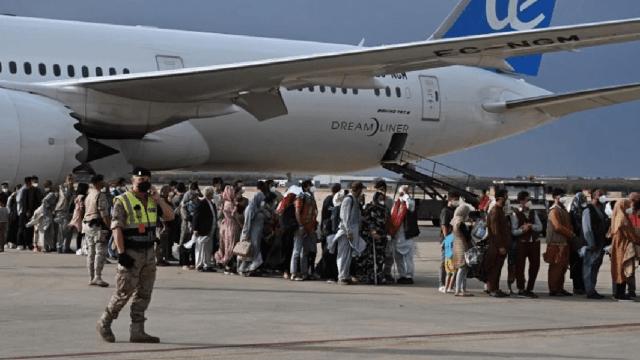 Niña evacuada de Afganistán salta de alegría al llegar a Bélgica y foto se hace viral