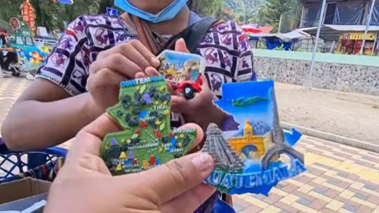 niña vende productos en 8 idiomas en Guatemala