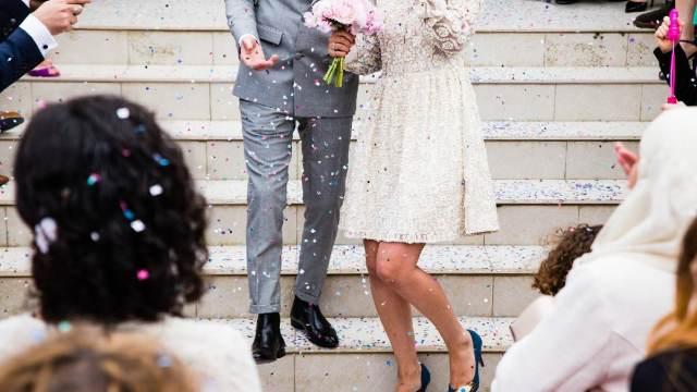 Una pareja de Chicago que envió una factura de $ 240 a sus invitados a la boda 'no llamar, no presentarse' dijo que algunos se han disculpado