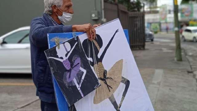 Abuelito vende dibujos de sus nietas para que no les falte nada