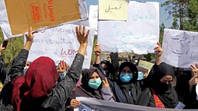 Mujeres afganas protestan por sus derechos en las calles de Kabul