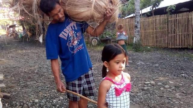 Niña sale a diario con su papá no vidente para llevarlo al trabajo. Sólo así la familia se alimenta