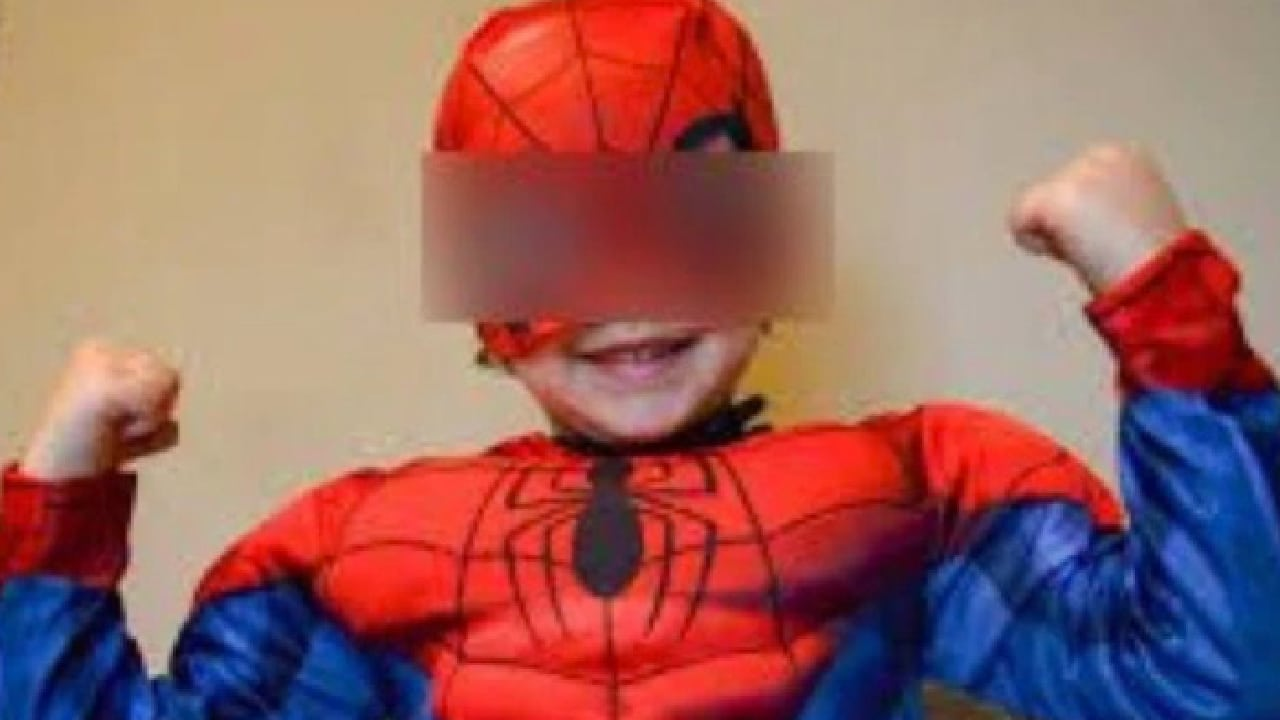 Niño se vistió de Spiderman para defender a su madre