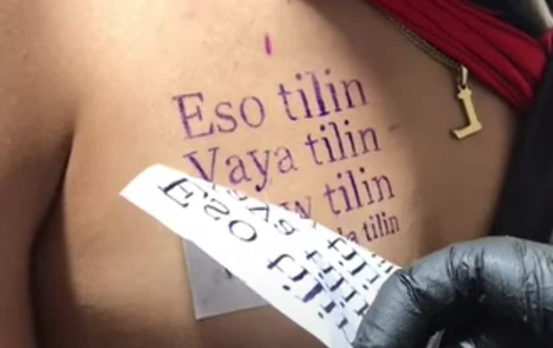 Hombre se tatúa 'eso Tilín' en el pecho y se vuelve viral (video)