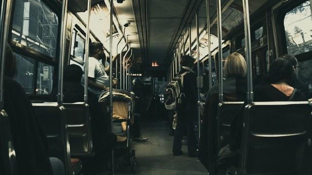 Pareja fue grabada teniendo relaciones sexuales en el transporte público