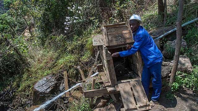 un hombre lleva luz y energía limpia a su aldea