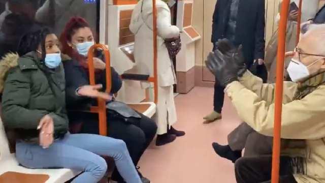 Anciano Enfrenta Joven Uso Correcto Cubrebocas Metro Madrid