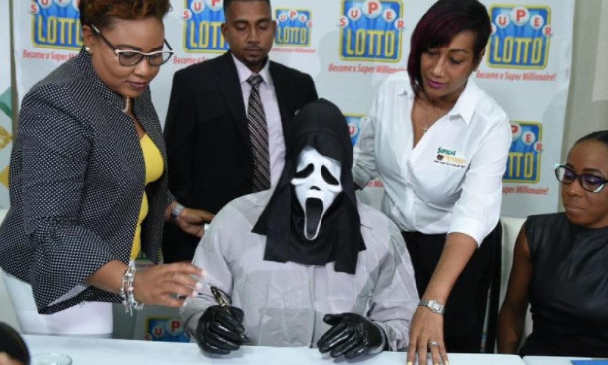 Gana Lotería Jamaica Disfraza Cobrar premio