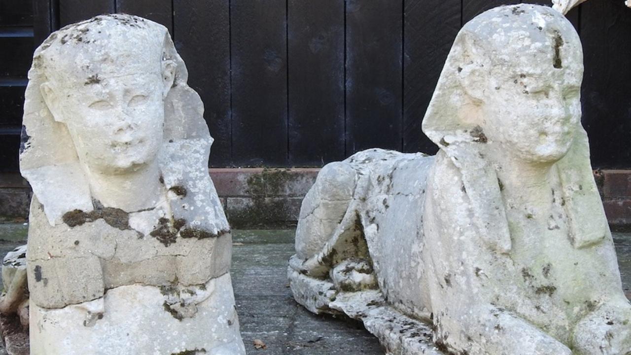 Familia descubre en su jardín esfinges del Antiguo Egipto
