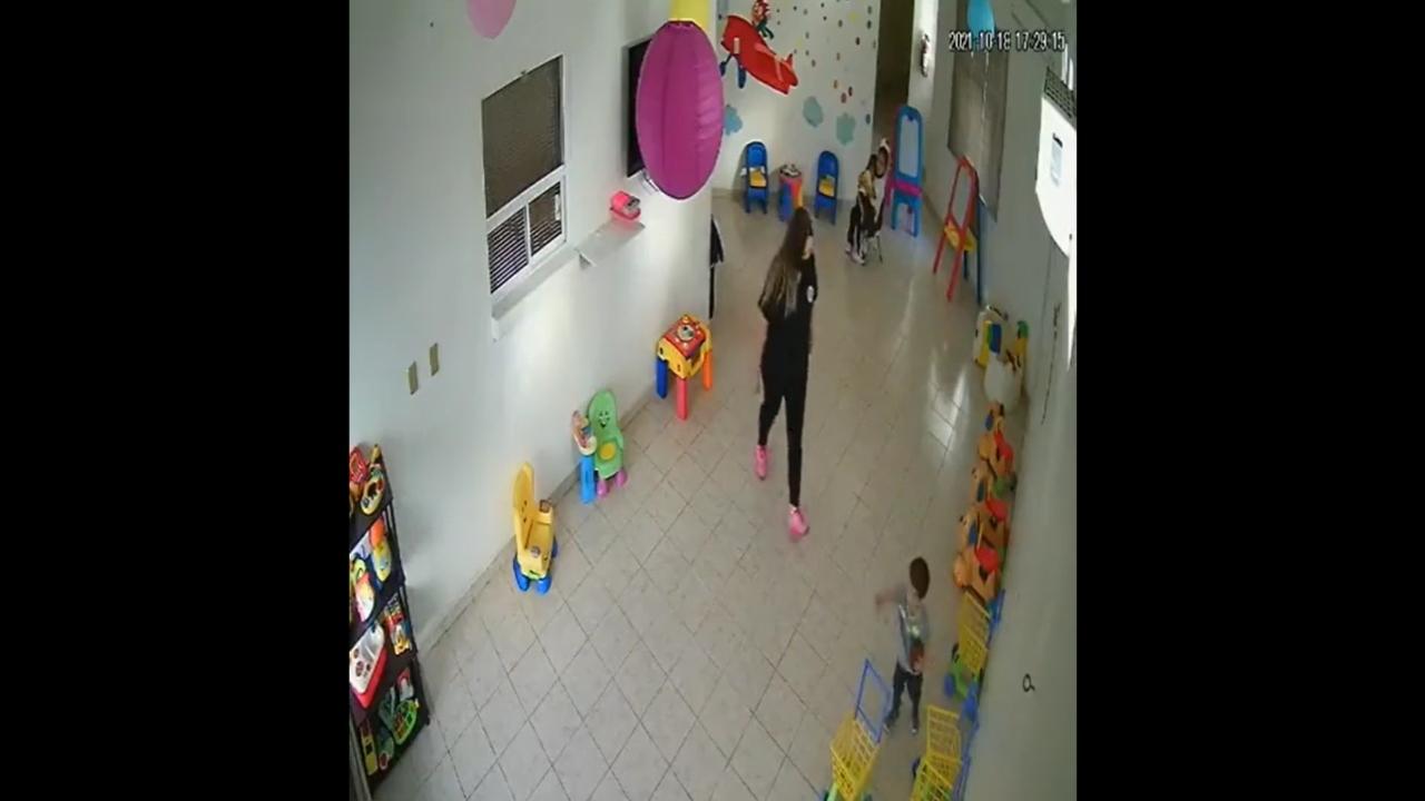 Graban a maestra maltratando niños en guardería