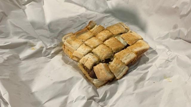 hombre paga sándwich con centavos y se lo dan en partes