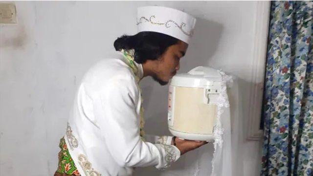 Hombre se casa con su olla de arroz