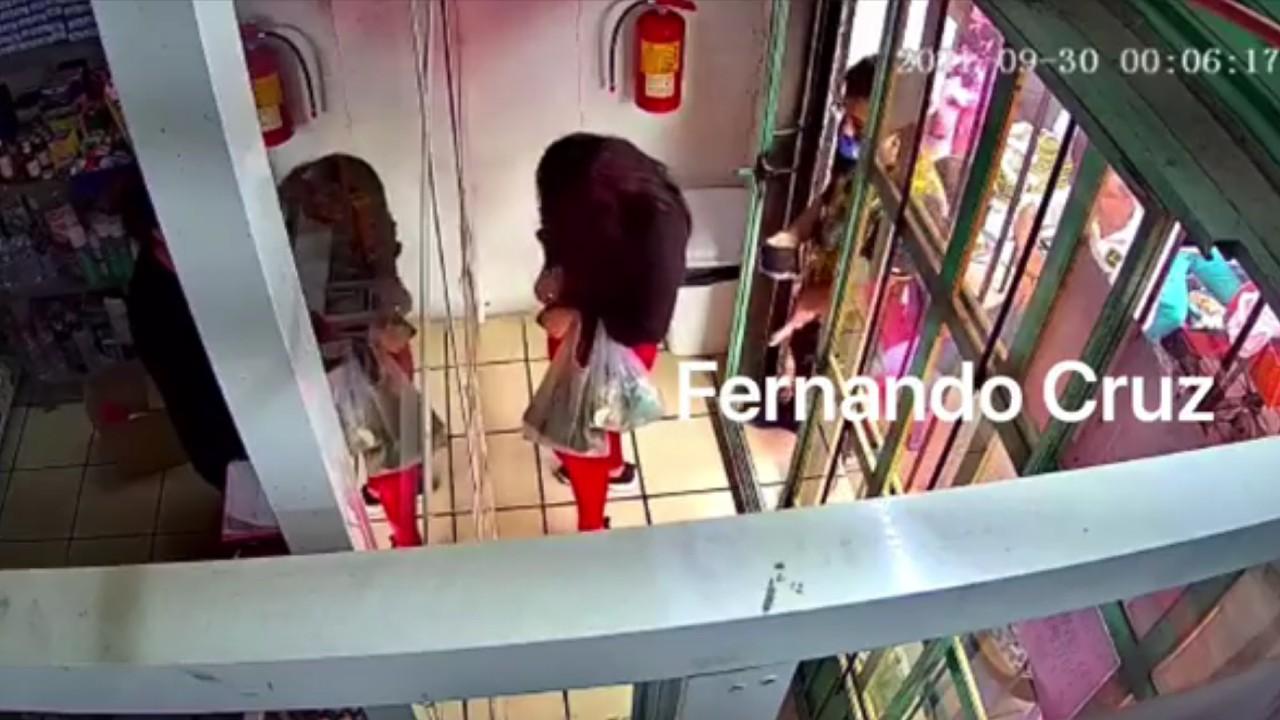 Hombre eyacula sobre una mujer en farmacia