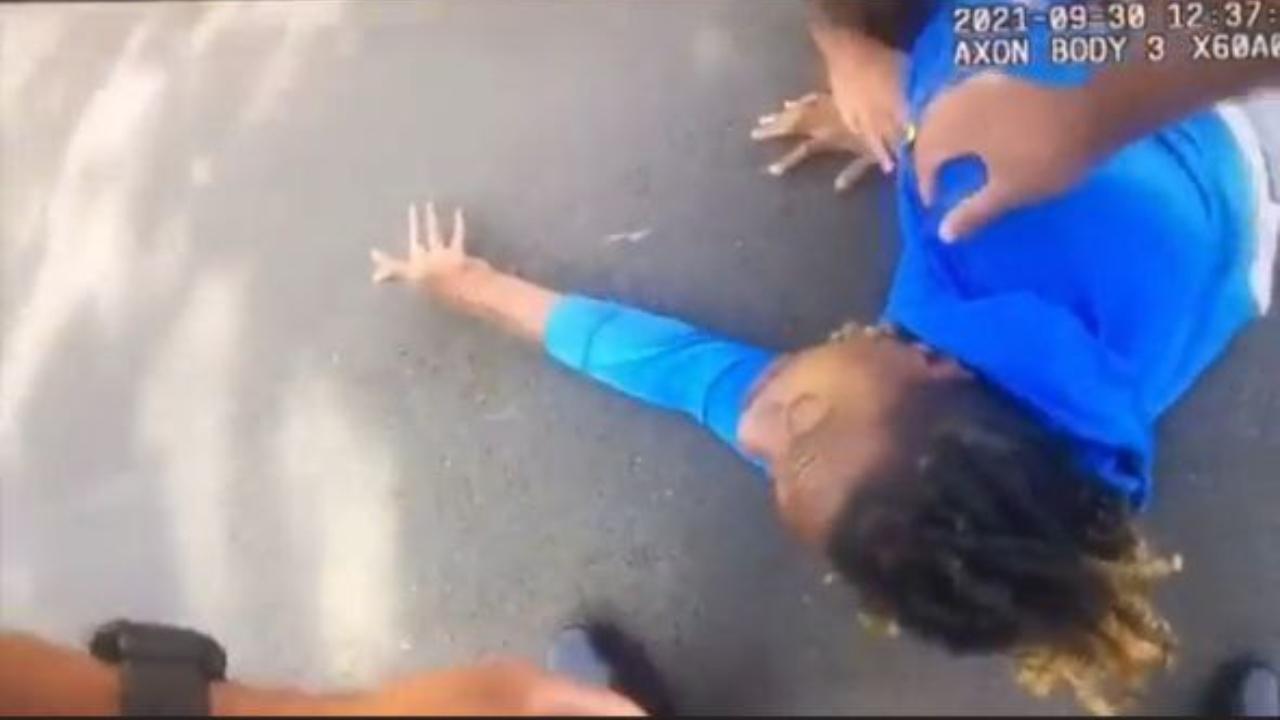 policías bajas a golpes a un hombre parapléjico de su auto