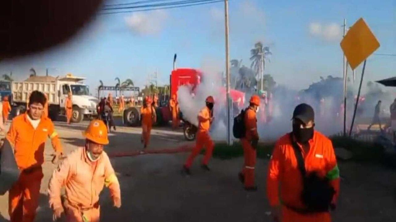 Reportan enfrentamiento entre obreros de la refinería de Dos Bocas y policías; ya hay heridos