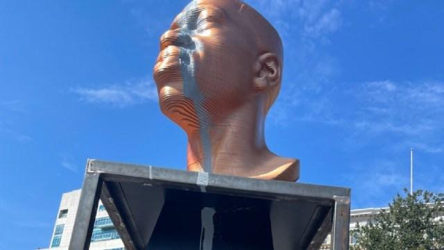 Estatua de George Floyd destrozada días después de ser revelada