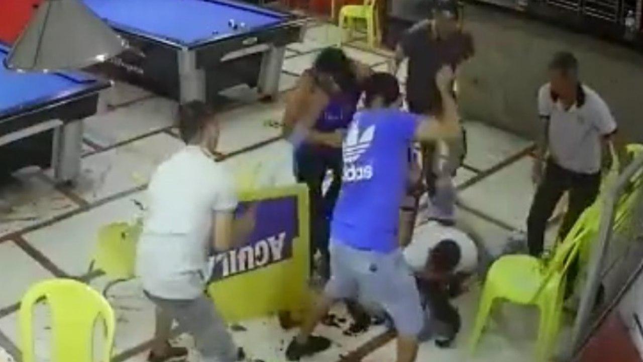 Video Linchan a sujeto por querer asaltar un billar