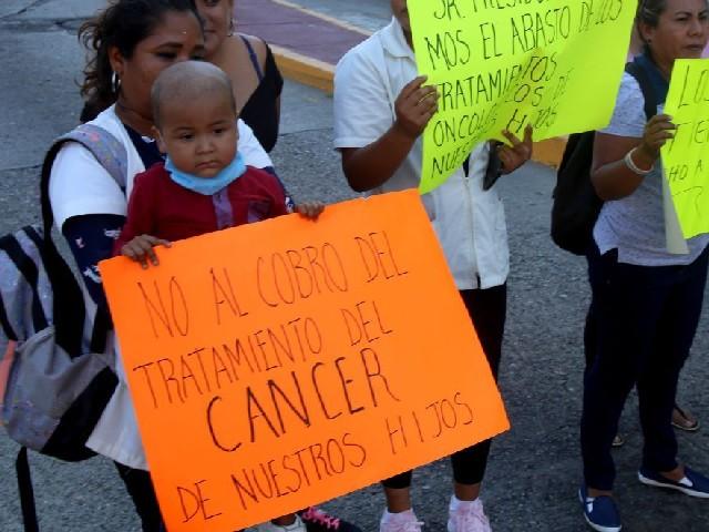 Diputada da la espalda a madre que suplica de rodillas medicinas para hijo con cáncer
