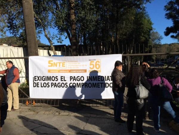Docentes de la sección 56 del SNTE tomaron desde las 6 de la mañana las instalaciones de Finanzas, ante la falta de pagos y prestaciones. FOTO: ALBERTO PALACIOS/FOTOVER