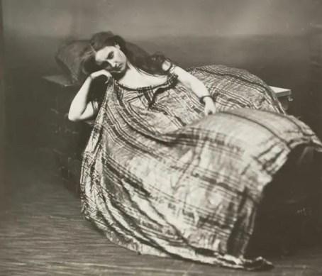 """""""L'Algérienne"""", une photographie où la comtesse apparaît sauvage, le drapé de l'étoffe laisse deviner la nudité du modèle - 1860's Pierson"""