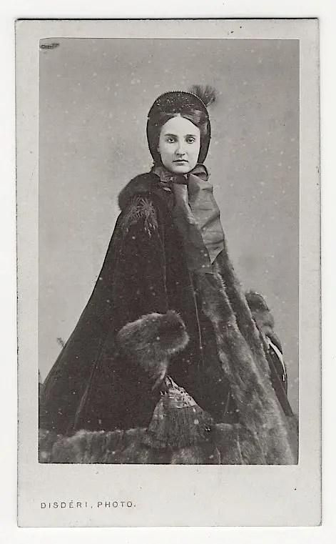 Charlotte habillée pour l'hiver, dans une photographie de Disderi