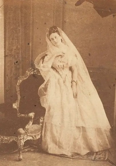 Portrait en robe blanche 1856-1857
