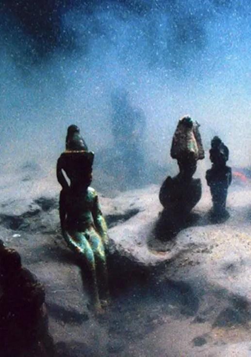 Fouilles sous-marines sur le site d'Héracléion (détail d'une photo de Christoph Gerigk)