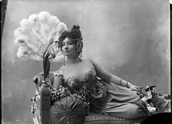 Cécile Sorel par Nadar vers 1900 (elle joue dans Lysistrata ou L'Assemblée des femmes, pièce d'Aristophane)