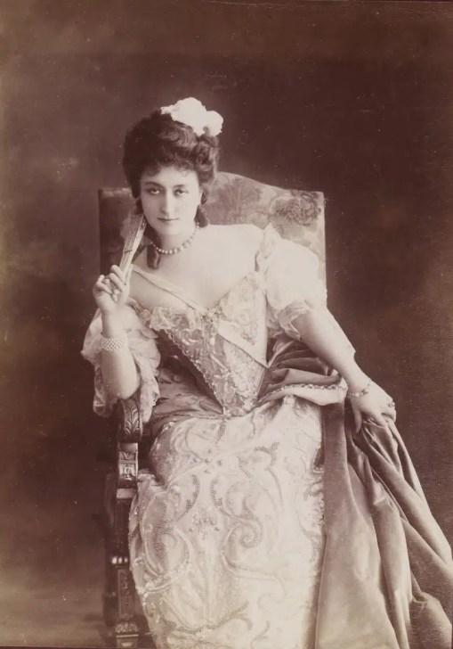 """Cécile Sorel jouant """"Célimène"""" (Album Reutlinger Gallica BNF)"""