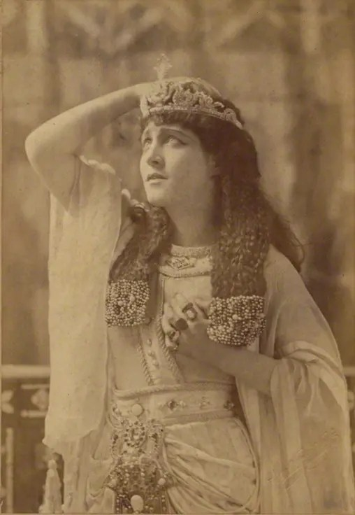 Lillie Langtry jouant le rôle de Cléopatre en 1890 (National Portrait Gallery)
